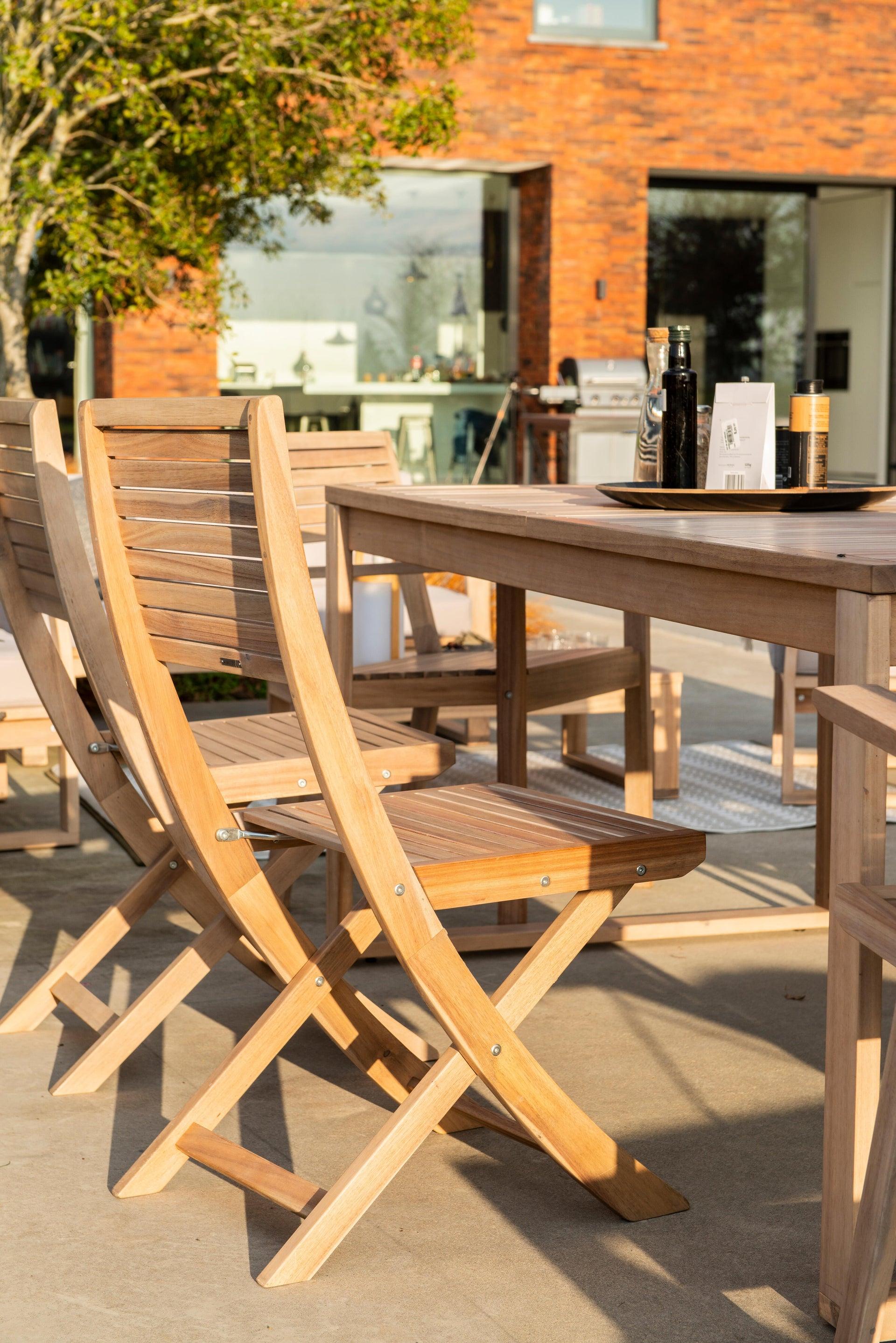 Sedia con braccioli senza cuscino pieghevole in legno Solaris NATERIAL colore acacia - 10